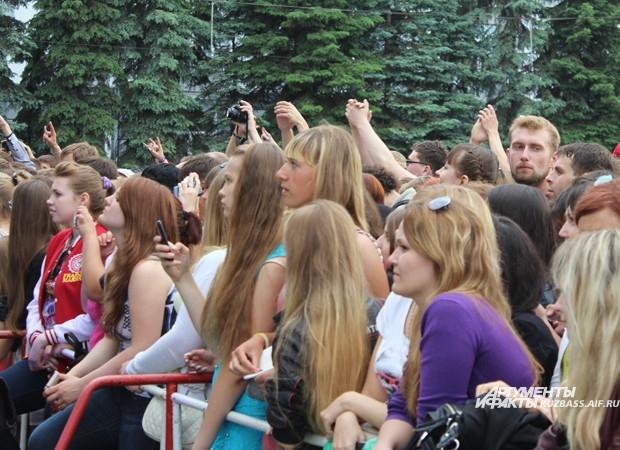 Те, кто хотел стоять у сцены пришли на мероприятие заранее
