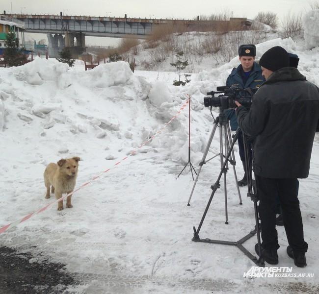 Взрывная операция прошла быстро: на 5 минут перекрыли движение по Кузнецкому мосту, оцепили территорию вокруг места взрыва и установили в заранее пробуренные скважины взрывчатку. Зевак и журналистов попросили покинуть опасную территорию: по словам взрывни
