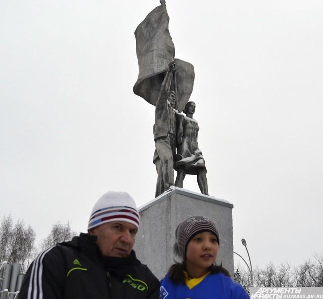 Тренер команды детдома Михаил Шаркань и вратарь наблюдают за разминкой своей дружины