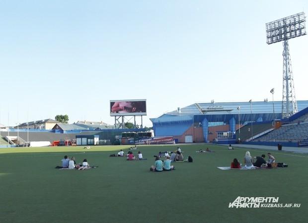 Кинопоказы на стадионе пока можно считать самым необычным кемеровским культурным событием этого лета