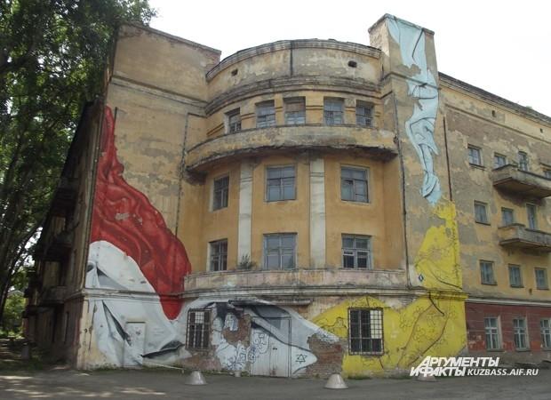 Только жители дома по ул. Севастопольская, 5 знают, что означают эти странные фрески