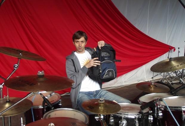 Барабанщик Евгений Попов (группа «Нога неба») свои волшебные палочки носит в обычном рюкзаке