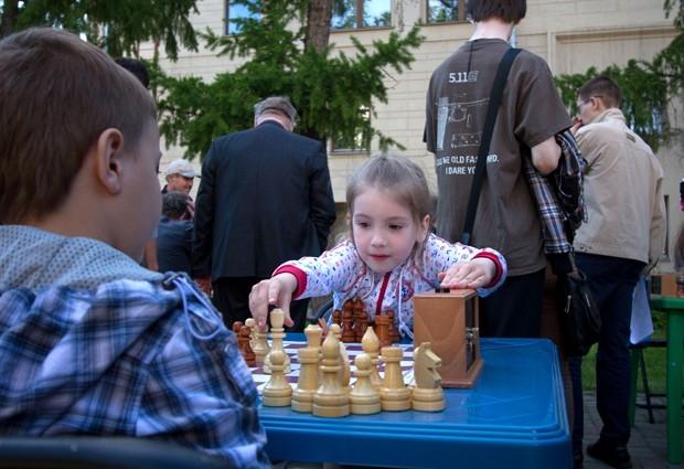 Местные шахматисты не так часто играют на открытом воздухе