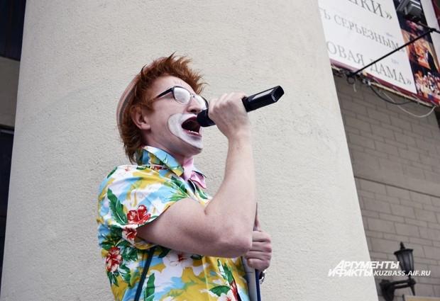 Происходящим руководил натурально-рыжий клоун