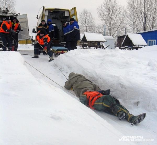 Чаще всего, конечно, человека спасают те, кто оказывается рядом. У любого зимой есть шарф или ремень, вдоль берегов можно наломать сколько угодно палок – а это основные средства спасения