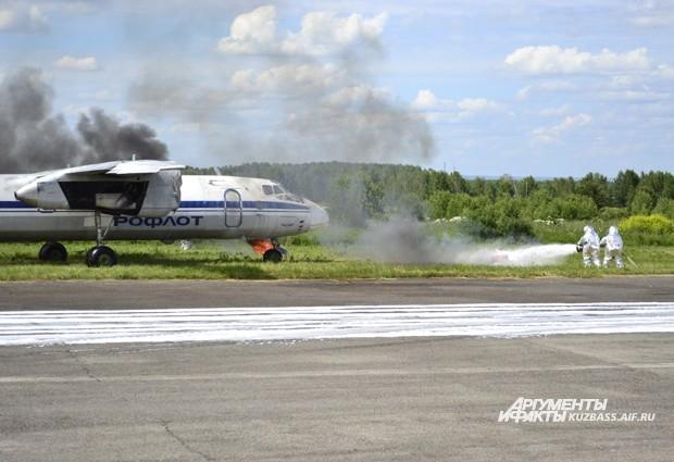 При экстренной посадке разлилась гидрожидкость. Пожарные в защитных костюмах заливают её химической пеной