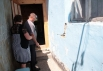 Селяне осматривают дома на предмет наличия повреждений
