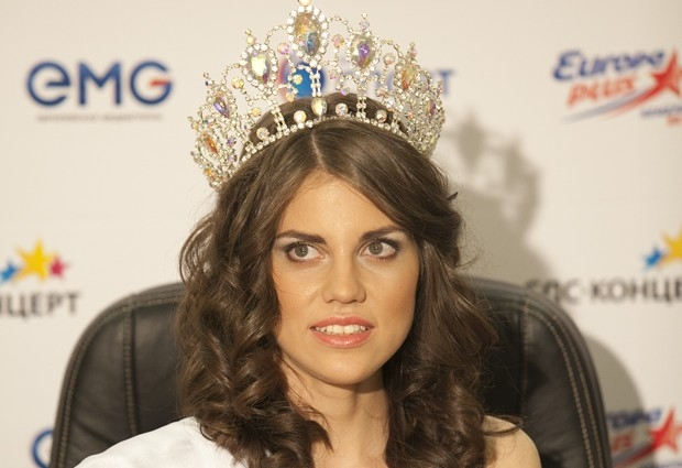 Коронованная красавица дает интервью