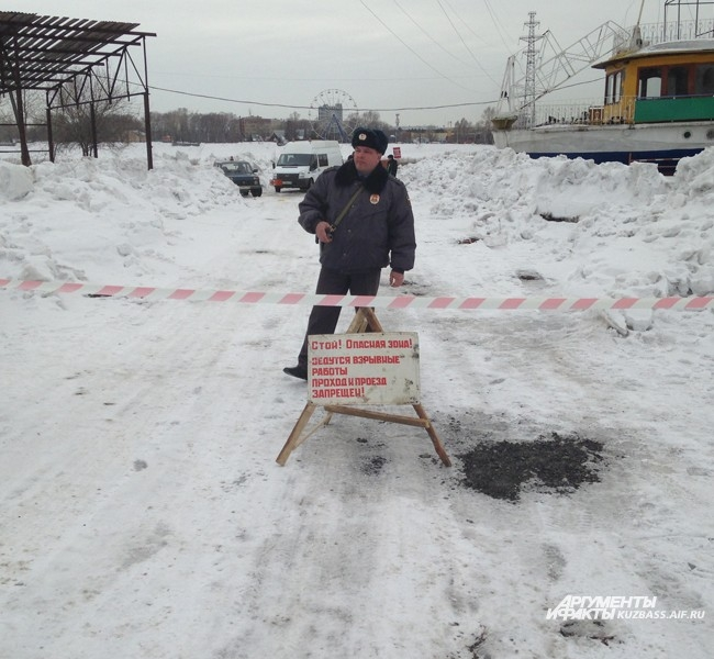 Весенние взрывы на реке для Кемерова - не редкость, они проводятся ежегодно последние двадцать лет. Это существенно облегчает путь ледохода и снижает возможные риски повреждения моста и вероятность подтопления территорий, расположенных вниз по течению, пр