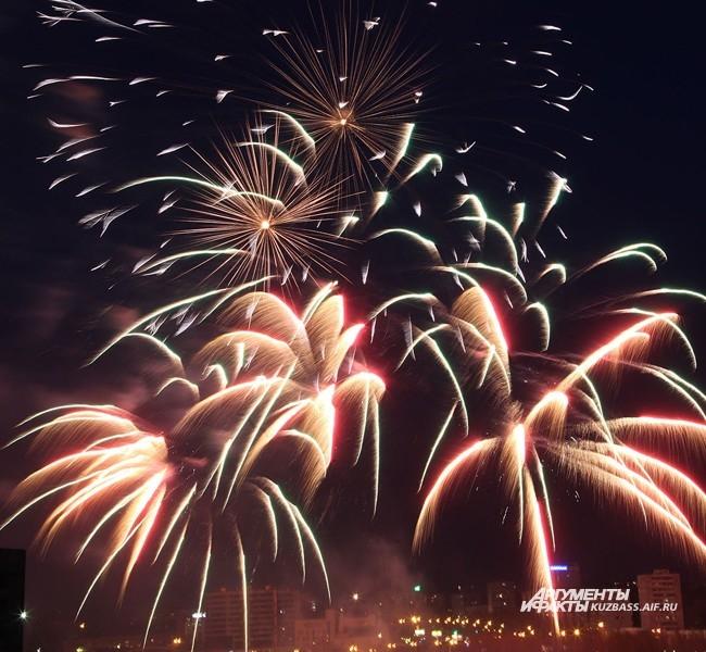 «Будет ли в этом году фейерверк?»  Этот вопрос интересует большинство горожан накануне «красных» дней календаря летом