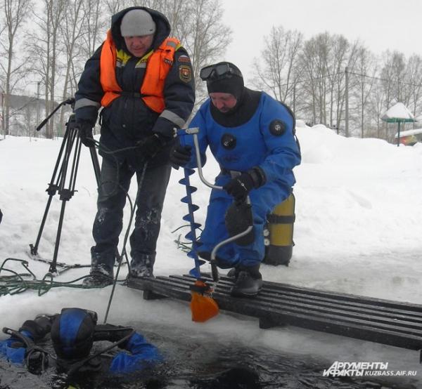 После спасения Гоши водолазу пришлось вернуться в ледяную воду за его имуществом – рыбацким буром