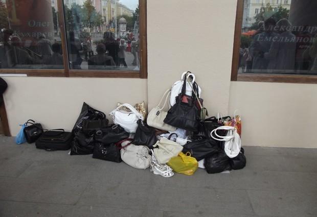 С сумками двигаться не удобно