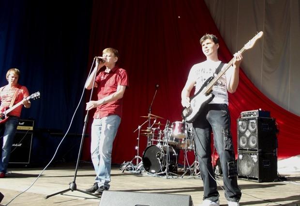 На сцене группа «А-СИММЕТРИЯ»