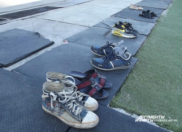 Обувь перед выходом на поле гостей попросили снять