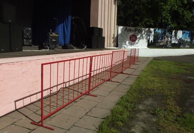 Раньше случалось, что  на сцену во время выступления забирались посторонние. В этот день такие инциденты были исключены