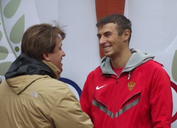 Алексей Зеленин вручает удостоверение мастера спорта легкоатлету Сергею Свиридову