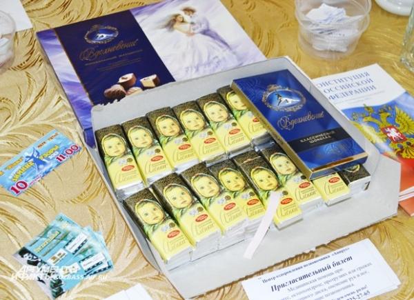 Избирателям вручали сувениры, пригласительные билеты и купоны на скидки