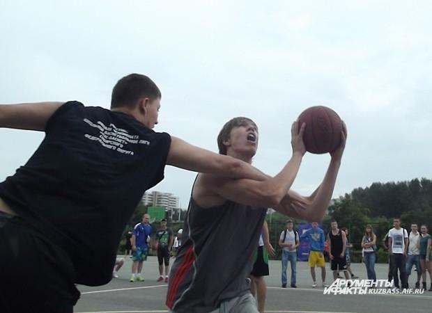 Такой баскетбол нам не нужен (игрок откровенно нарушает правила)