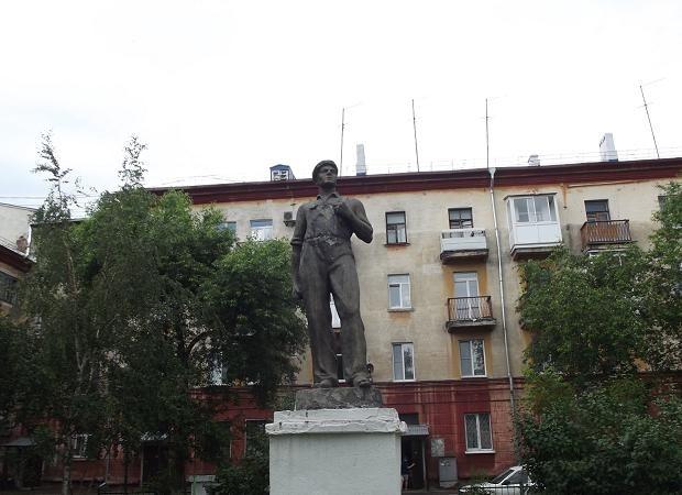 Памятник рабочему во дворе дома 41 по улице Арочной