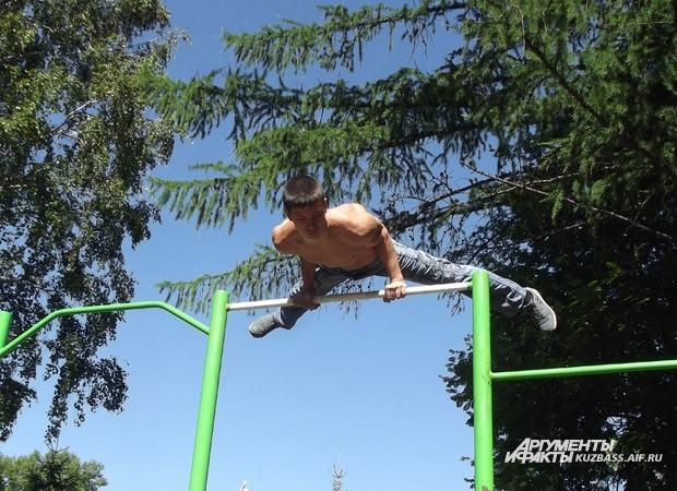 Любители упражнений на турнике имеют крепкие нервы и не боятся высоты