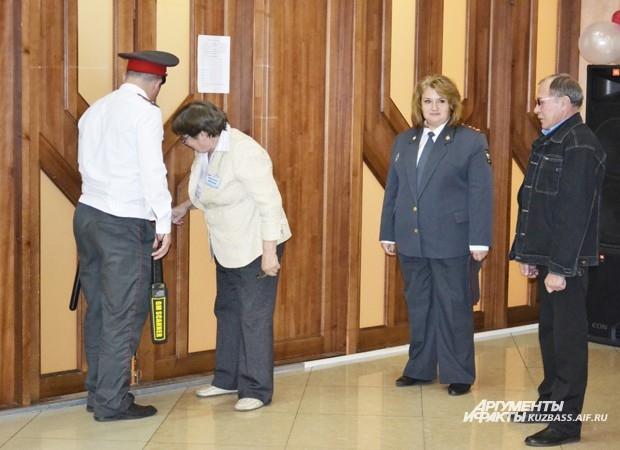 Ровно в 20.00 полицейские закрыли избирательные участки