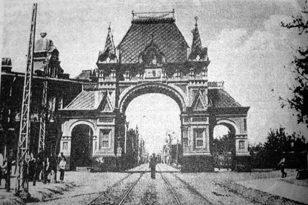 Царские ворота у памятника Святой Екатерине