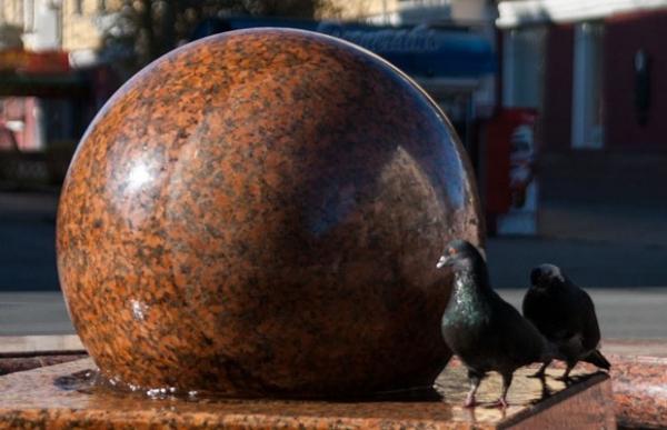 Фонтан-шар в сквере Дзержинского