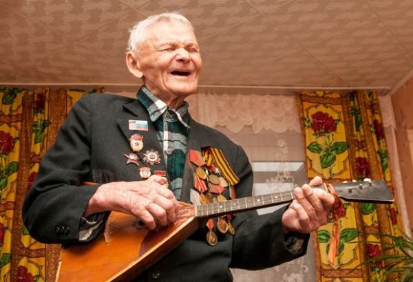 92-летний ветеран Петр Заболоцкий схватил балалайку и заиграл.