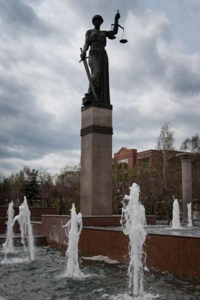 «Фемида» возле здания Краевого суда