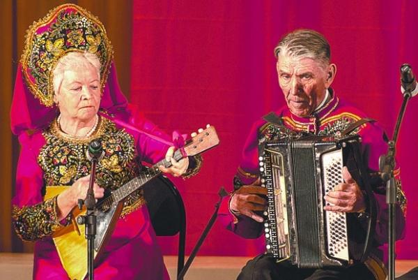 Ансамбль народных инструментов «Серебро», среди солистов которого - ветеран Федор Неделькин.