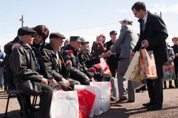 Ветеранов буквально завалили подарками, объятиями и поцелуями.