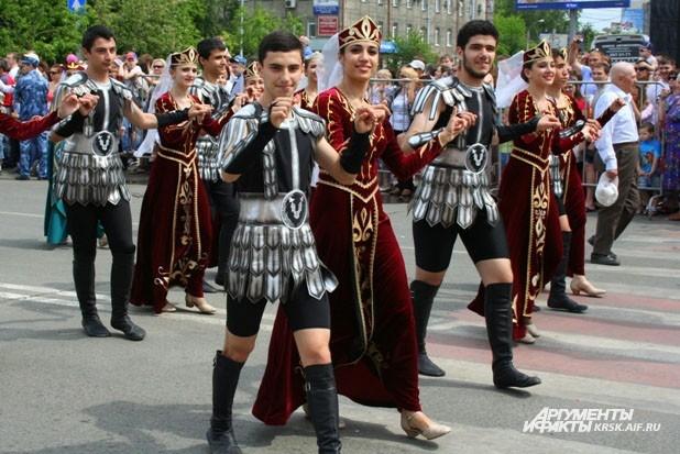 В парадном шествии сложно танцевать, но у многих получалось очень красиво