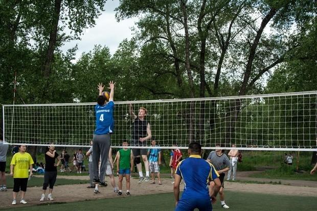 От уличного волейбола невозможно было отвести глаз. Любители играют потрясающе