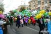 По проспекту Мира первого июня в праздничной колонне шли дети и их родители