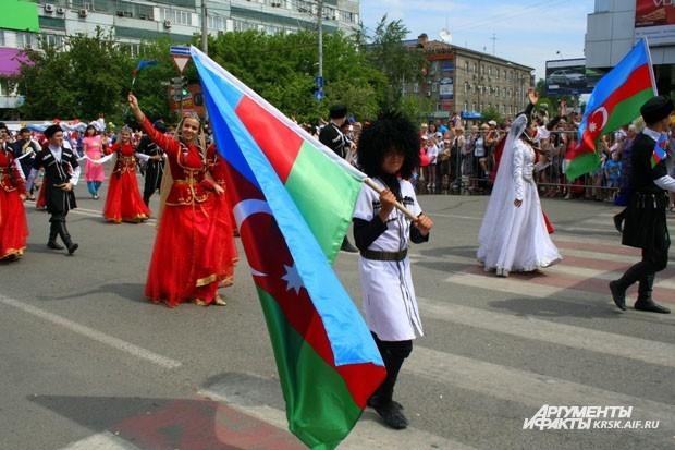 Флаги стран тоже проносили по улицам Красноярска