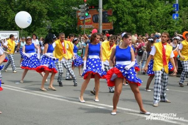 Танцы стиляг и яркие костюмы приковали внимание горожан