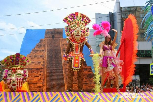Парад потрясал яркостью костюмов участников