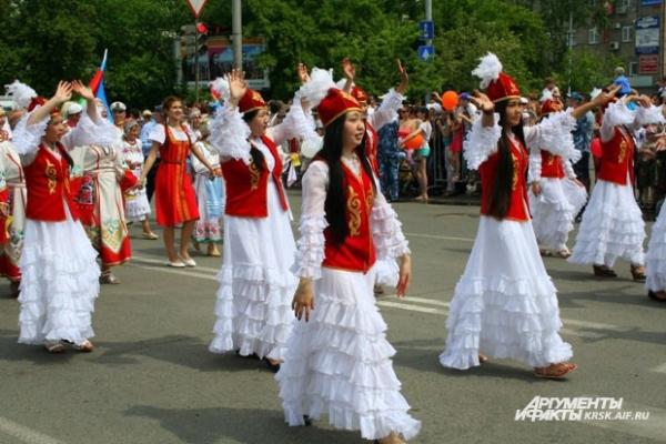 Народные костюмы выделяются простотой и приятным сочетанием цветов