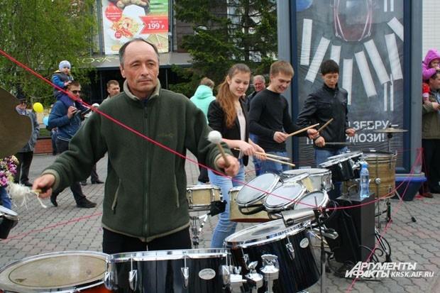 Барабанщики задавали ритм праздника