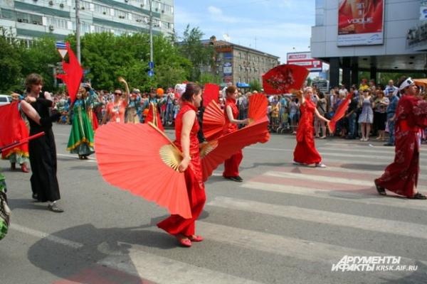 Танец с веером - потрясающее зрелище