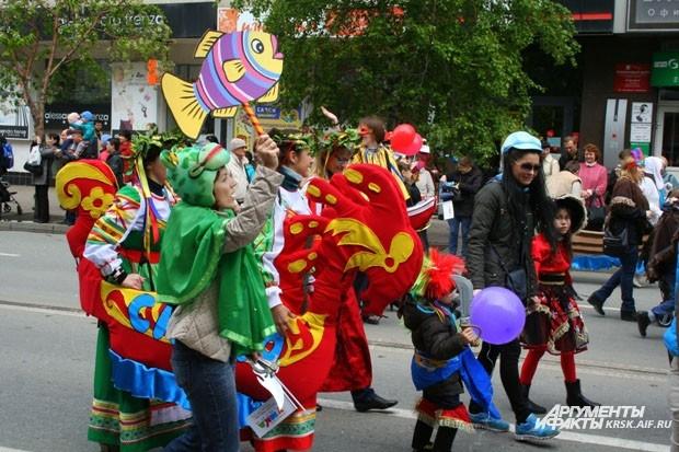 Яркие костюмы - отличительная черта карнавала в честь Дня защиты детей