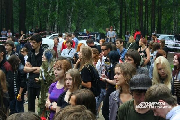 Даже ненастная погода не помешала меломанам прийти на живое выступление красноярских групп.