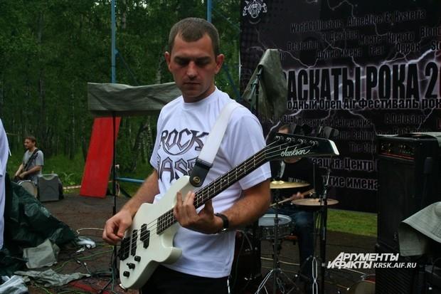 Гитарист группы «Rock Base» на сцене.