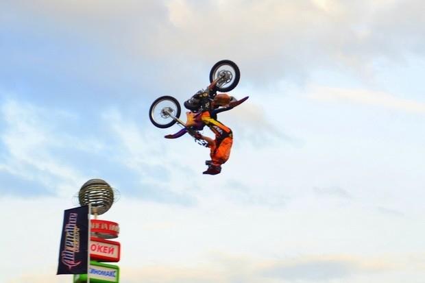 Опасный элемент, когда мотоциклист переворачивается в воздухе