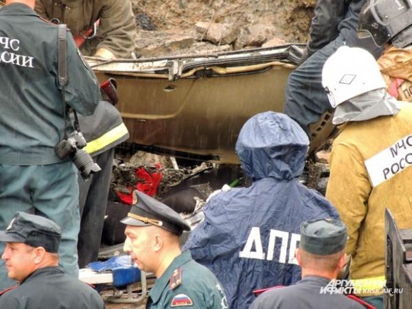 Спасатели извлекают погибших