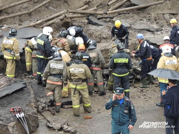 На месте происшествия работают спасатели, МЧС и тяжелая техника