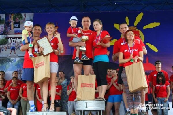 Награждение победителей первого в городе чемпионата по ношению жен