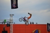 Выполнение акробатических элементов в воздухе - опасное и зрелищное занятие
