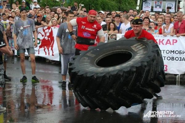 Такую 420-килограммовую шину на время необходимо перевернуть пять раз