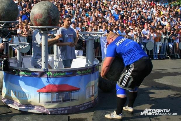 Это упражнение входит во все силовые чемпионаты США. Нужно установить шары весом от 120 до 200 килограмм на специальные платформы